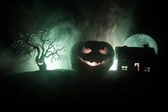 Horroru widok Halloweenowa bania z straszną uśmiechniętą twarzą Kierowniczy dźwigarka lampion z strasznym budynkiem obrazy stock