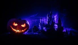 Horroru widok Halloweenowa bania z straszną uśmiechniętą twarzą Kierowniczy dźwigarka lampion z strasznym budynkiem obrazy royalty free