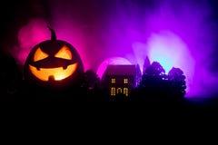 Horroru widok Halloweenowa bania z straszną uśmiechniętą twarzą Kierowniczy dźwigarka lampion z strasznym budynkiem fotografia royalty free