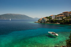 Hors-bord amarré dans la baie Kephalonia de turquoise Image libre de droits