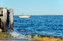 Hors-bord ancré dans le bruit du Long Island NY photographie stock
