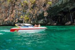 Hors-bord blanc avec des touristes à la caverne photos libres de droits
