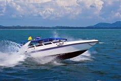 Hors-bord conduisant à vitesse normale en mer Image libre de droits