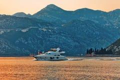 Hors-bord en mer au coucher du soleil Image libre de droits