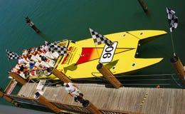 Hors-bord fournissant des conduites de tressaillement aux touristes photos stock