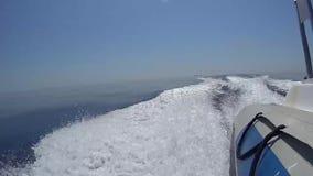 Hors-bord gonflable voyageant à la grande vitesse au-dessus de la mer plate tropicale banque de vidéos