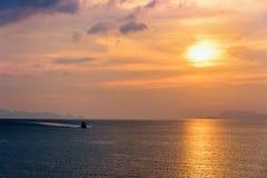 Hors-bord retournant pendant le coucher du soleil image libre de droits