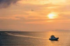 Hors-bord retournant pendant le coucher du soleil image stock