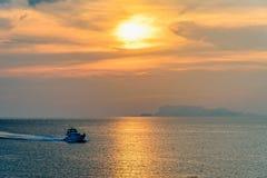 Hors-bord retournant pendant le coucher du soleil photographie stock