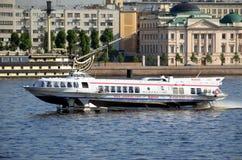 Hors-bord sur la rivière de Neva Photo stock