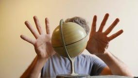 Hors de l'homme de foyer tenant le globe de la terre clips vidéos