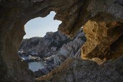Hors de la caverne sur la colline images libres de droits