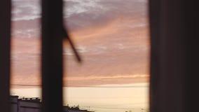 Hors de la vue de fenêtre : Nuages savoureux stupéfiants de sucrerie de zéphyr de lever de soleil de couleur rose tendre pendant  banque de vidéos