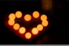 Hors des bougies de foyer formant le coeur Images libres de droits
