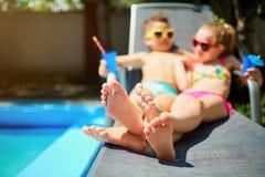 Hors des couples de foyer dans l'amour à la piscine d'ici été Photo stock