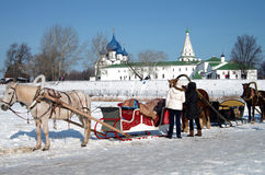 Horse carriage on the background of the Kremlin in Suzdal Royalty Free Stock Photos