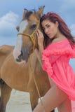 And Horse di modello castana ispano Fotografia Stock Libera da Diritti