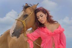 And Horse di modello castana ispano Fotografie Stock