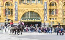 Horse-drawn μεταφορά και κάτοχοι διαρκούς εισιτήριου έξω από το σταθμό οδών Flinders στη Μελβούρνη Στοκ εικόνες με δικαίωμα ελεύθερης χρήσης