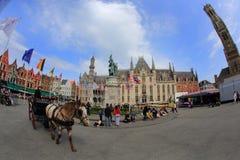 Horse-drawn μεταφορά με τους τουρίστες στην αγορά Grote Στοκ Εικόνες