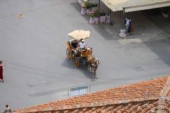 Horse-drawn μεταφορά με τους τουρίστες Piazza del Duomo Πίζα Στοκ Φωτογραφία