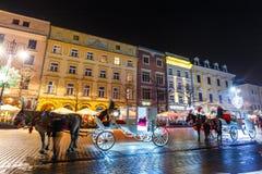 Horse-drawn μεταφορά πριν από το Sukiennice στο κύριο τετράγωνο αγοράς στην Κρακοβία Στοκ φωτογραφία με δικαίωμα ελεύθερης χρήσης
