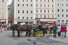 Horse-drawn μεταφορά σε Residenzplatz στο Σάλτζμπουργκ, Αυστρία Στοκ εικόνα με δικαίωμα ελεύθερης χρήσης
