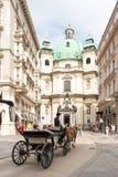 Horse-drawn μεταφορά στην εκκλησία Peterskirche στη Βιέννη Στοκ Εικόνες