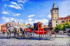 Horse-drawn μεταφορά στην παλαιά πλατεία της πόλης στην Πράγα, τσεχικό Republi Στοκ Φωτογραφία