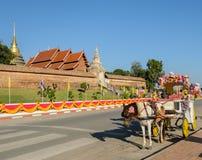 Horse-drawn ταξί τουριστών σε Wat Phra που Lampang Luang σε Thail Στοκ Εικόνες