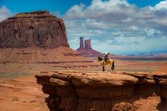 Horseback die het Punt van John Ford berijden - Monumentenvallei royalty-vrije stock foto