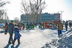 Horseback die op het feest van Carnaval berijden Berdsk, Siberië, Russ Royalty-vrije Stock Afbeelding