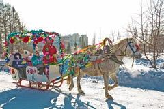 Horseback die op het feest van Carnaval berijden Berdsk, Siberië, Russ Royalty-vrije Stock Foto