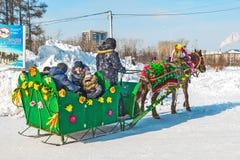 Horseback die op het feest van Carnaval berijden Berdsk, Siberië, Russ Royalty-vrije Stock Afbeeldingen
