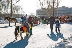 Horseback die op het feest van Carnaval berijden Berdsk, Siberië, Russ Stock Afbeelding