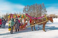 Horseback die op het feest van Carnaval berijden Berdsk, Siberië, Russ Stock Afbeeldingen