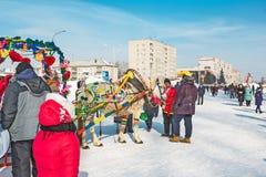 Horseback die op het feest van Carnaval berijden Berdsk, Siberië, Russ Stock Fotografie