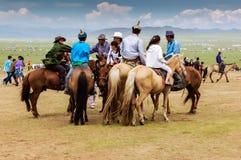 Horseback espectadores, corrida de cavalos de Nadaam Imagem de Stock Royalty Free
