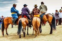 Horseback espectadores no deel, corrida de cavalos de Nadaam, Mongólia Fotografia de Stock Royalty Free