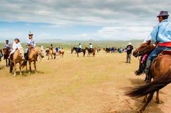 Horseback espectadores no estepe, corrida de cavalos de Nadaam Foto de Stock