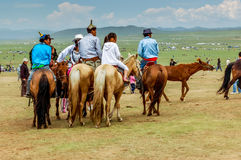 Horseback espectadores no estepe, corrida de cavalos de Nadaam, Mongólia Imagens de Stock
