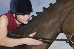 Horseback femelle Rider Stroking Horse Photos libres de droits