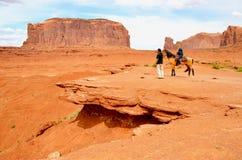 Horseback het Berijden bij Monumentenvallei in AZ, de V.S. Stock Afbeeldingen