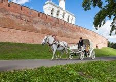 Horseback het berijden dichtbij de muur van Novgorod het Kremlin Stock Foto's