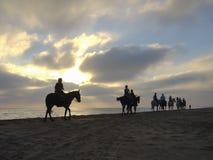 Horseback het berijden langs het strand Royalty-vrije Stock Foto