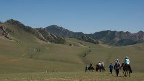 Horseback het Berijden in Mongolië Stock Afbeeldingen