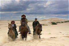 Horseback het berijden in woestijn Royalty-vrije Stock Foto's