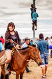 Horseback menina no short, corrida de cavalos de Nadaam, Mongólia Fotografia de Stock