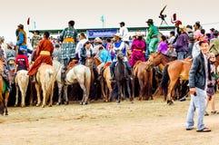 Horseback toeschouwers, Nadaam-paardenkoers, Mongolië Stock Foto's