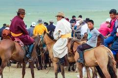 Horseback toeschouwers in traditioneel kostuum, Nadaam-paardenkoers Royalty-vrije Stock Fotografie